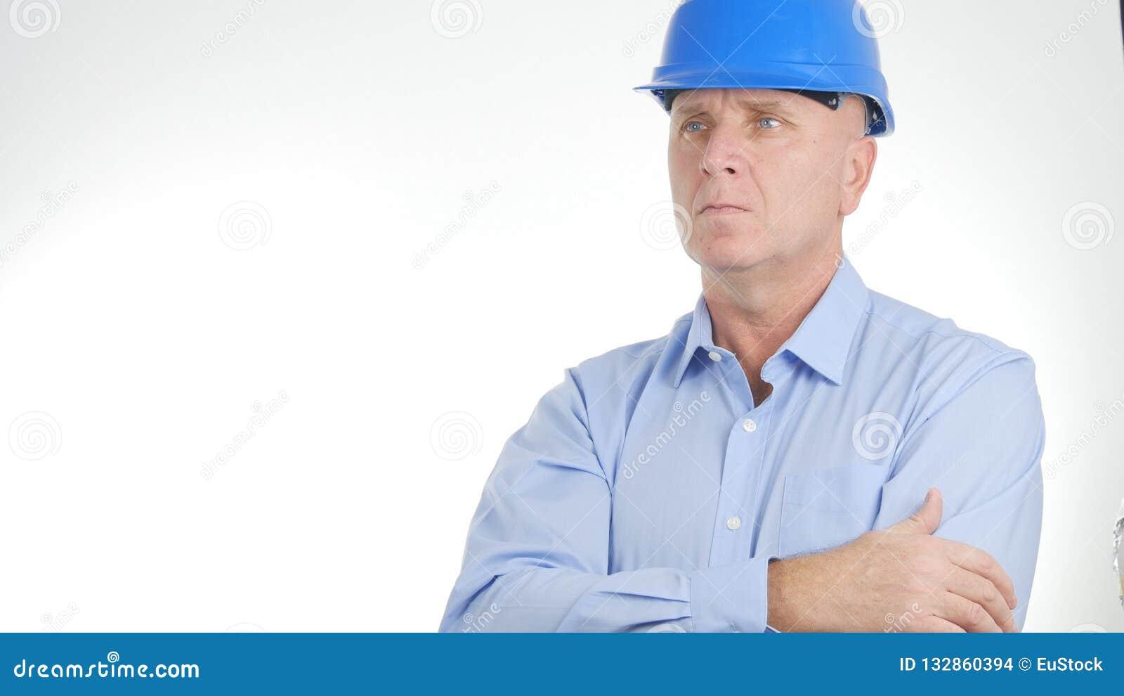 Casco de protección de Image Wearing Engineer del hombre de negocios en una presentación confiada
