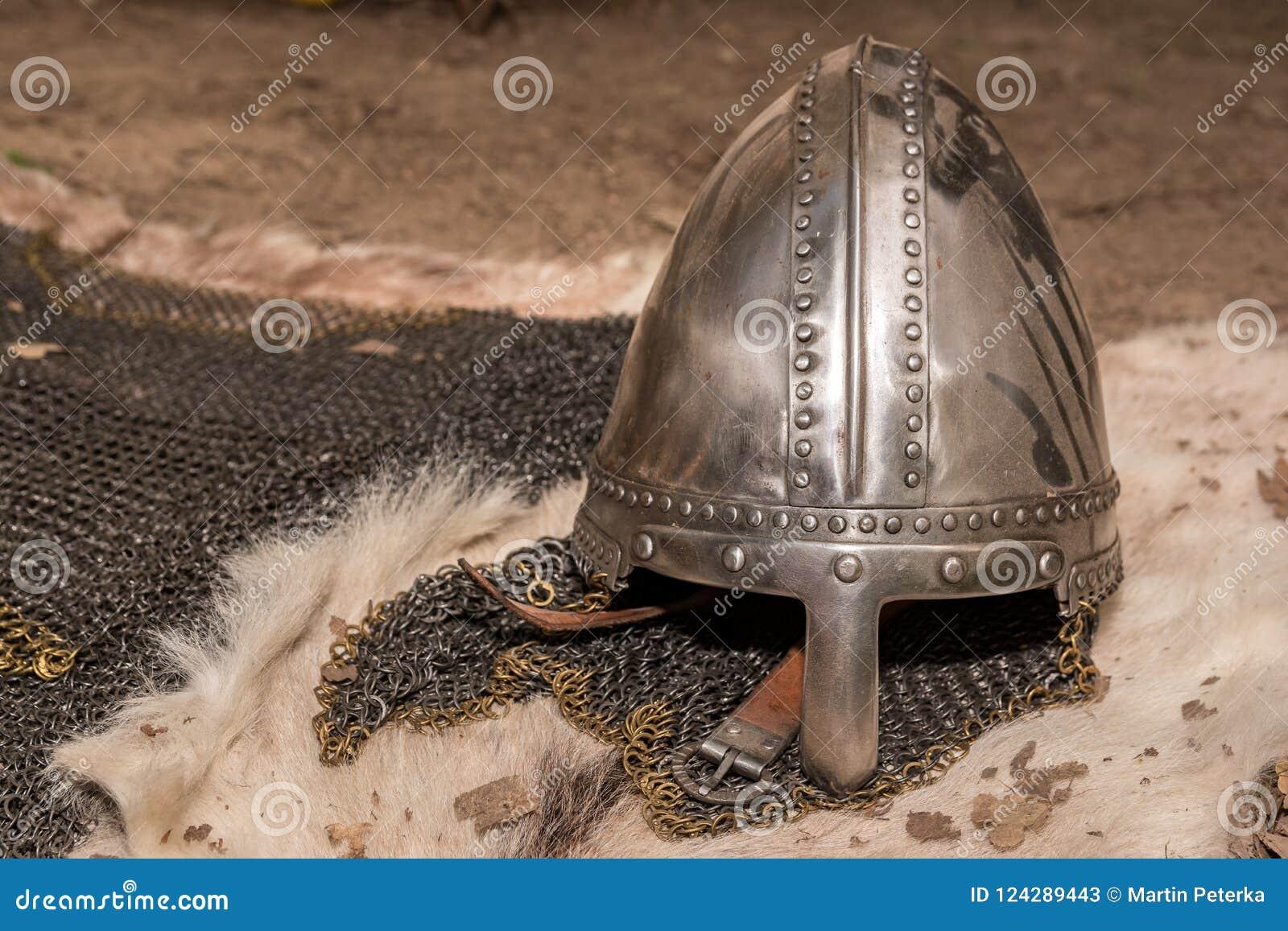 Casco del guerrero medieval y armadura medievales del chainmail