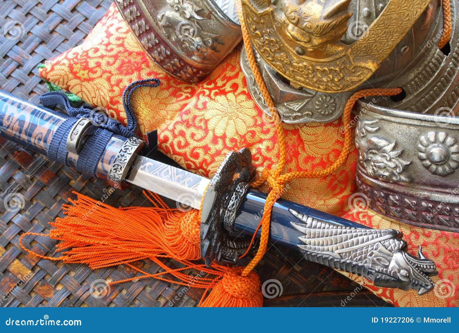 Casco e spada del samurai