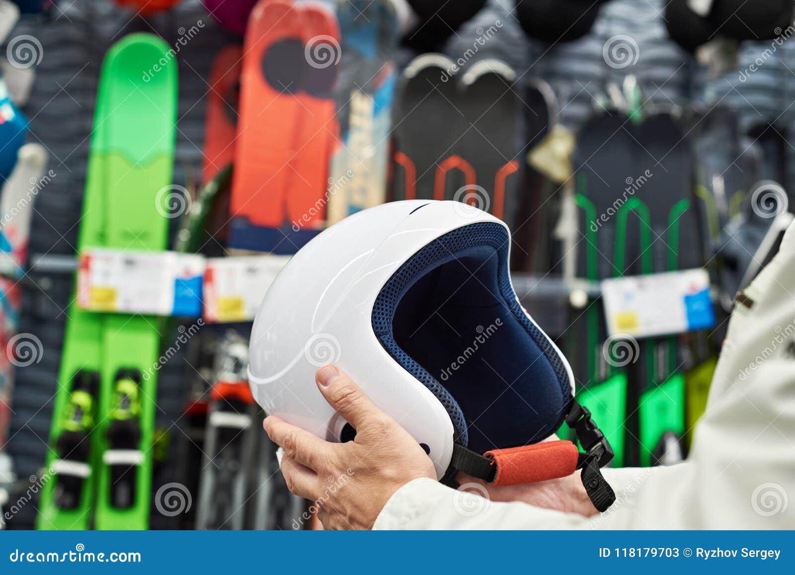 1fdf8da3d22 Casco protector de los deportes para esquiar en las manos de hombres