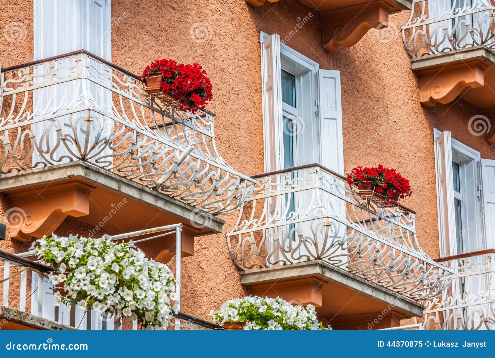 Case alpine tradizionali con i fiori sul balcone, d Amp della cortina