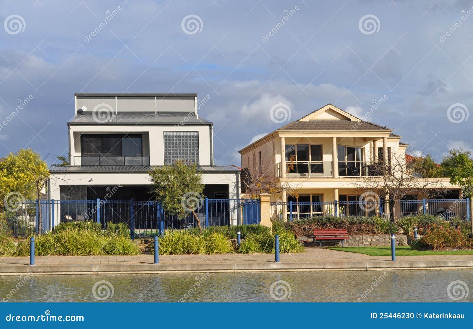 Case Tipiche Australiane : Case australiane sul lago fotografia stock. immagine di architettura