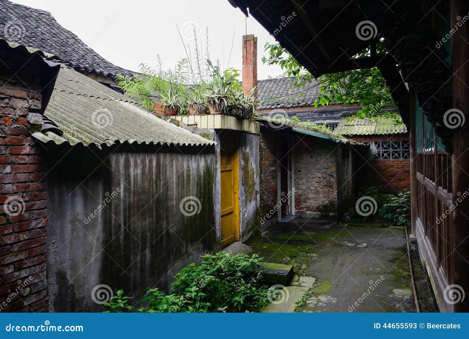 Case cinesi antiche dilapidate in di vicolo coperto di for Interni di case antiche