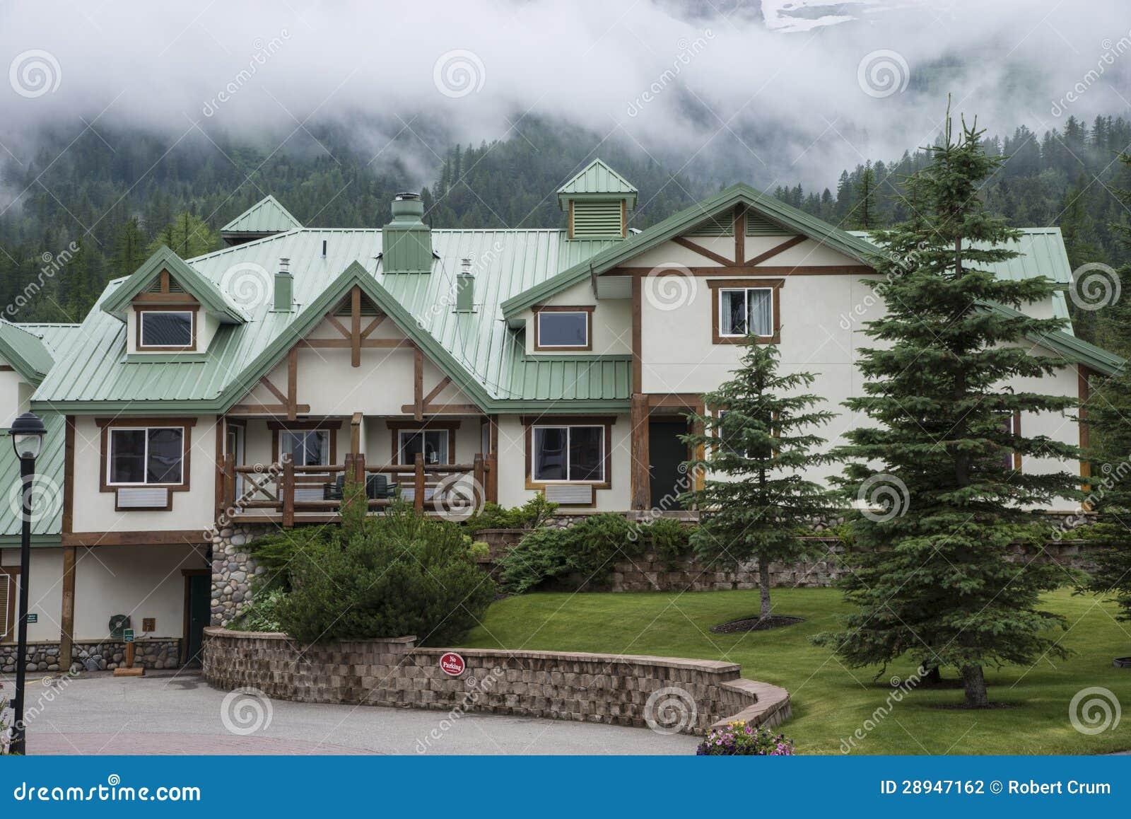 case contemporanee nella stazione sciistica fotografia