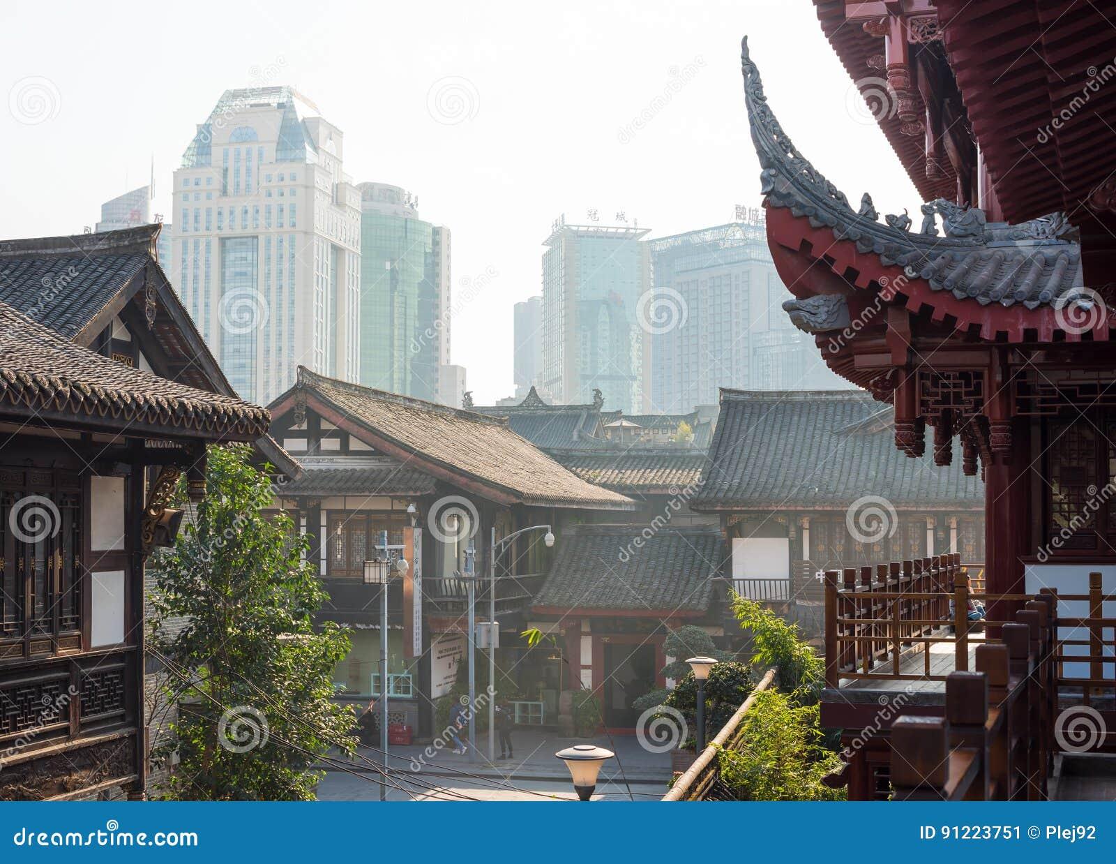 Case Tradizionali Cinesi : Case del cinese tradizionale e costruzioni moderne nel backgroun