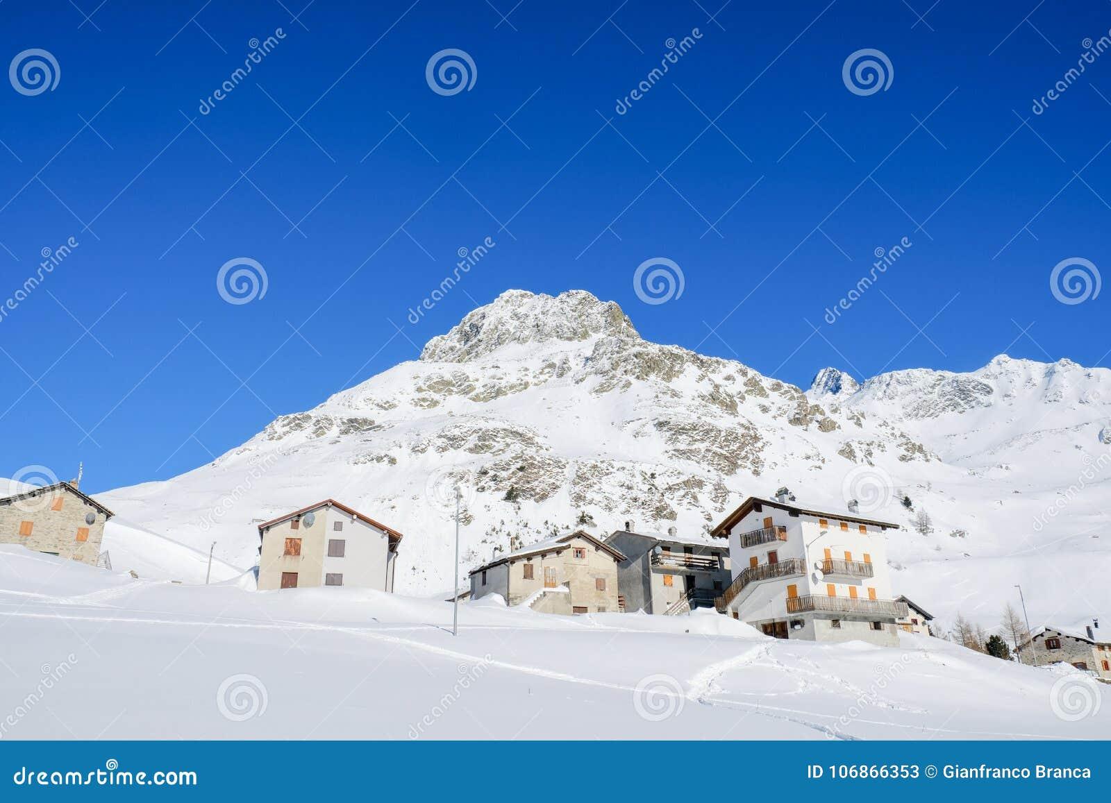 Case della montagna e picchi nevosi