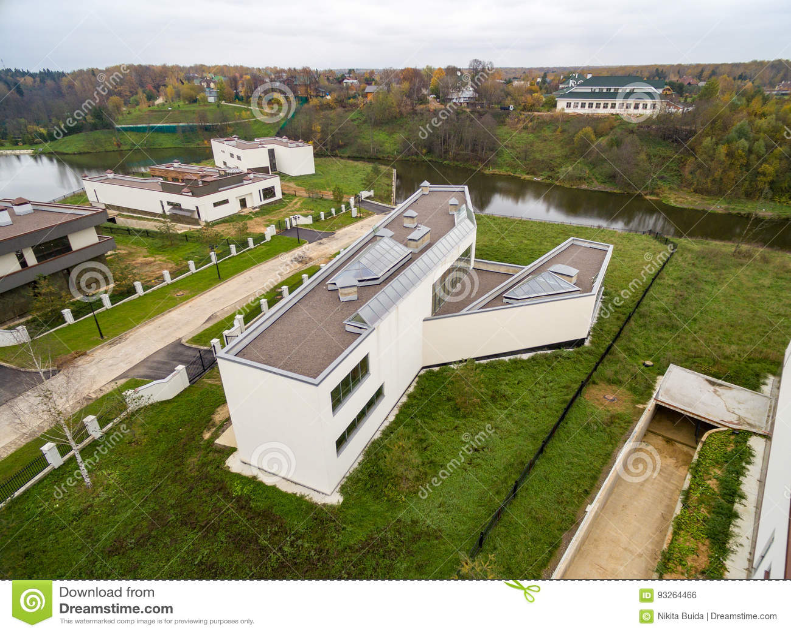 Case di campagna moderne in costruzione fotografia stock for Costruzione di case a prezzi accessibili