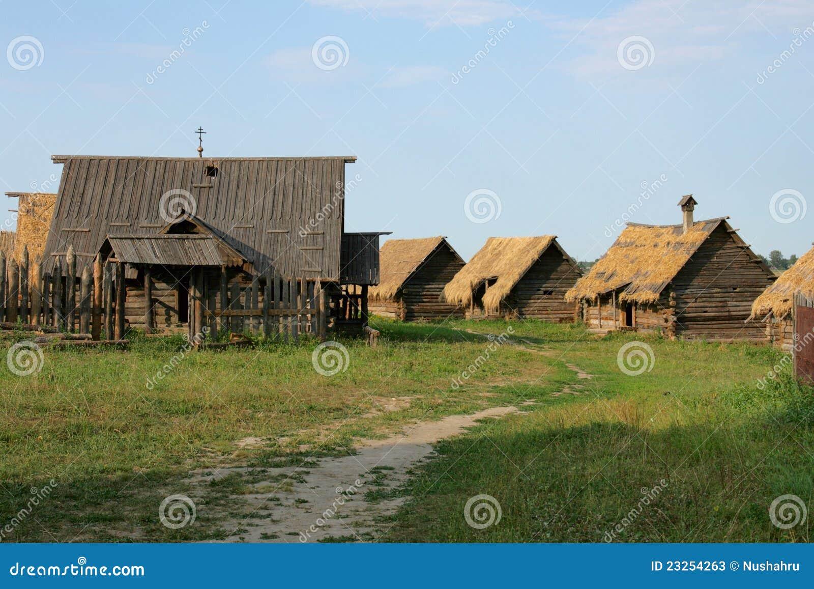 Case di legno antiche nel lato del paese fotografie stock for Case di legno del paese del lago