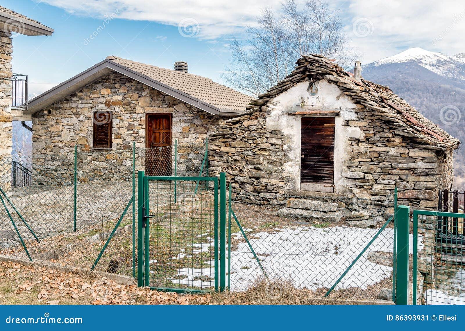 Case In Pietra Di Montagna : Case di pietra nel paesino di montagna immagine stock immagine