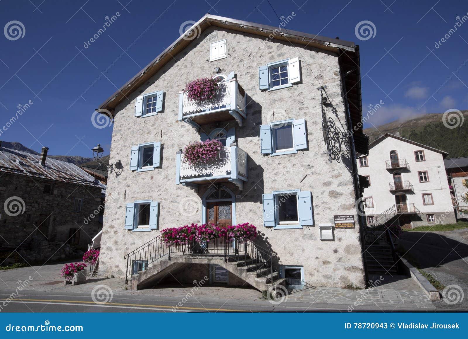 Case In Pietra Di Montagna : Case di pietra tipiche della montagna alpi italiane italia