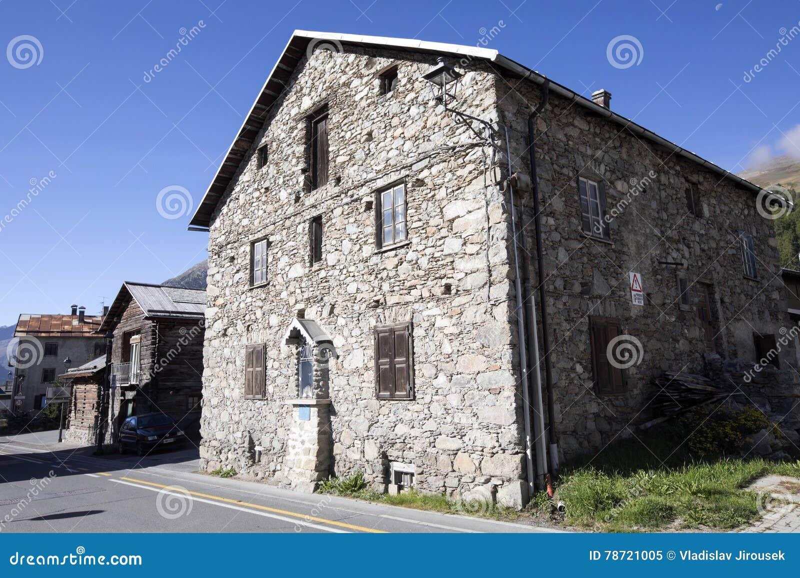 Case In Pietra Di Montagna : Immagini stock vecchie attrazioni della georgia torri e case