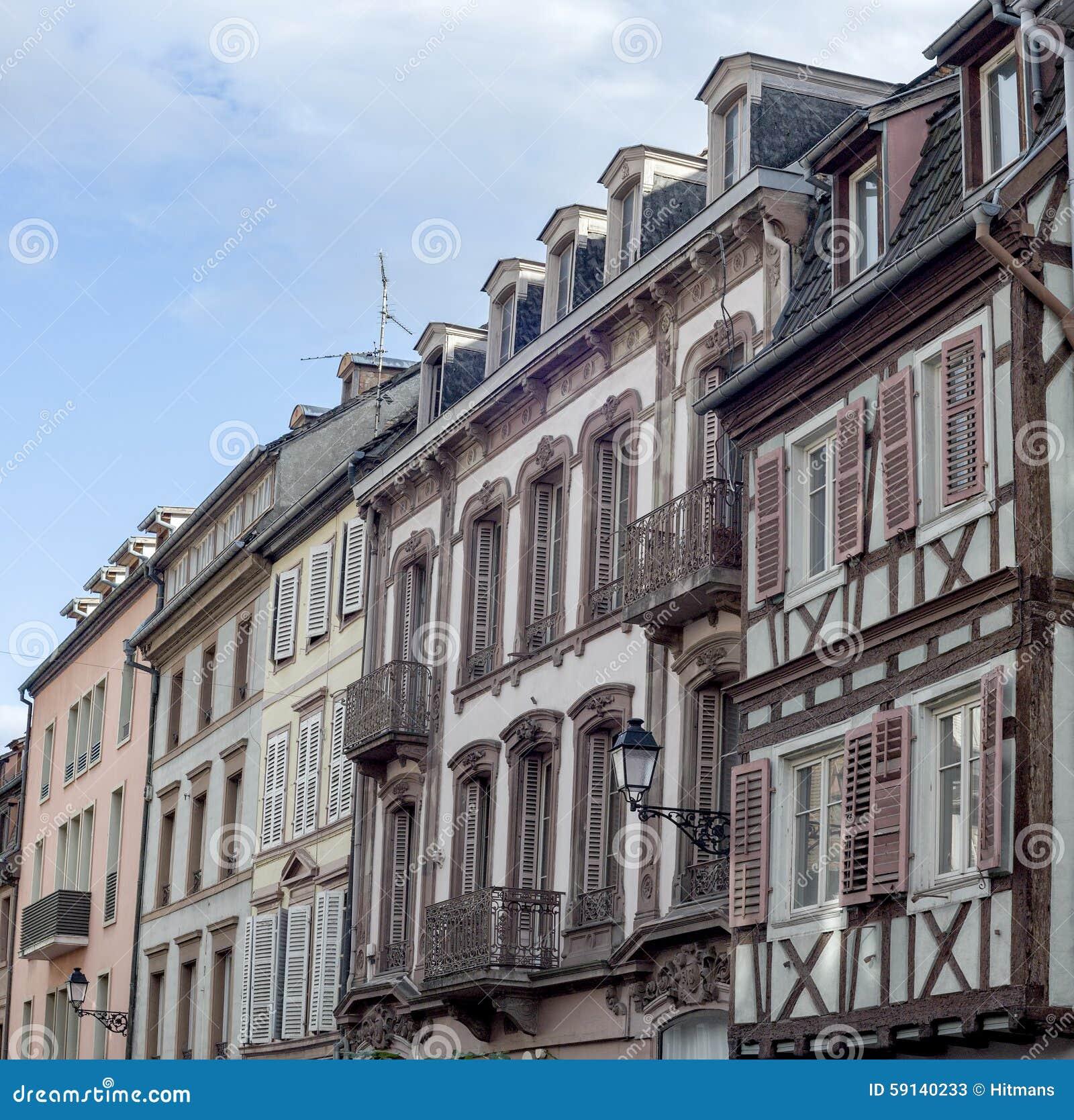 Case francesi tradizionali variopinte in venise minuta for Case tradizionali