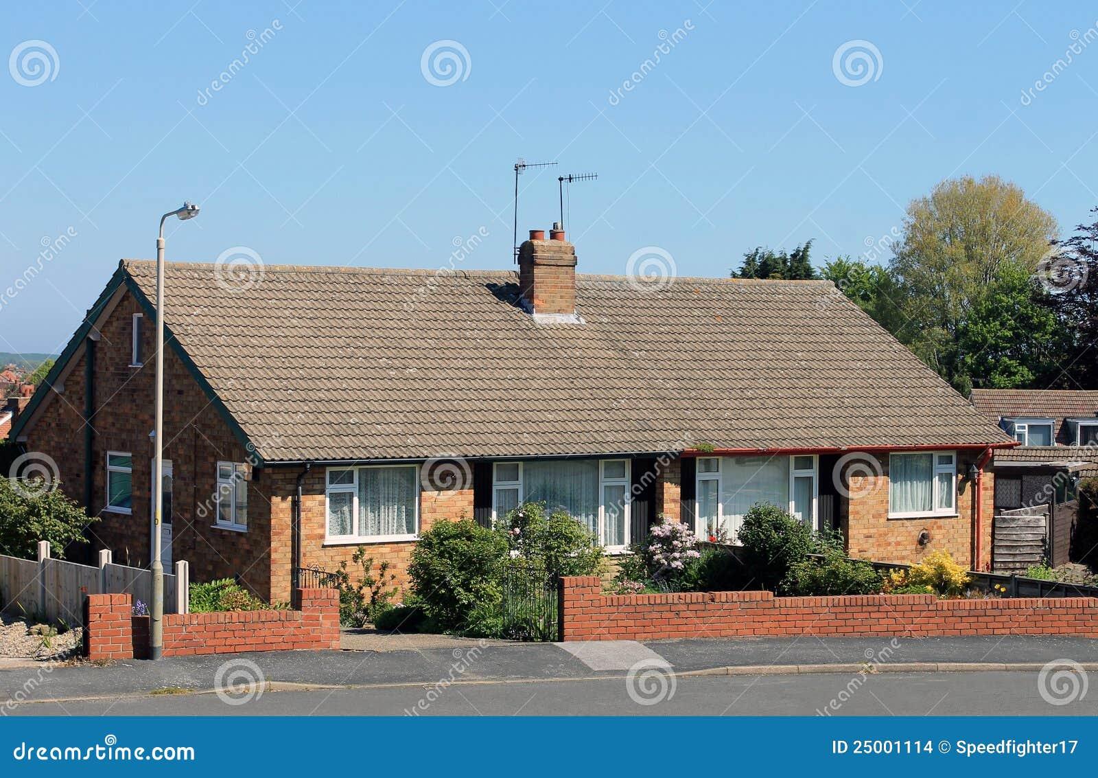 Case inglesi del bungalow fotografia stock immagine di for Disegni di bungalow contemporanei