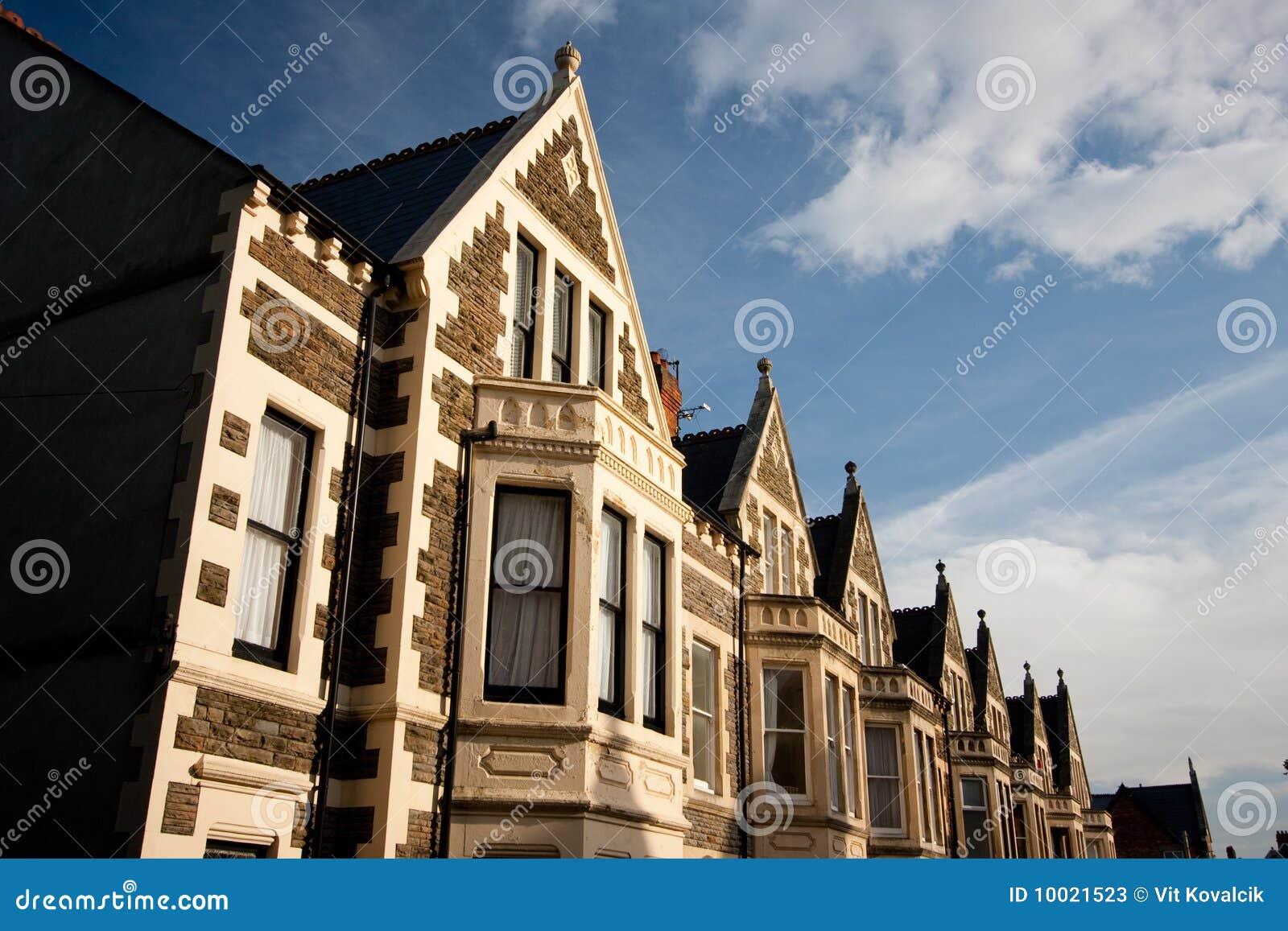 Case inglesi tipiche cielo blu fotografie stock for Case inglesi foto