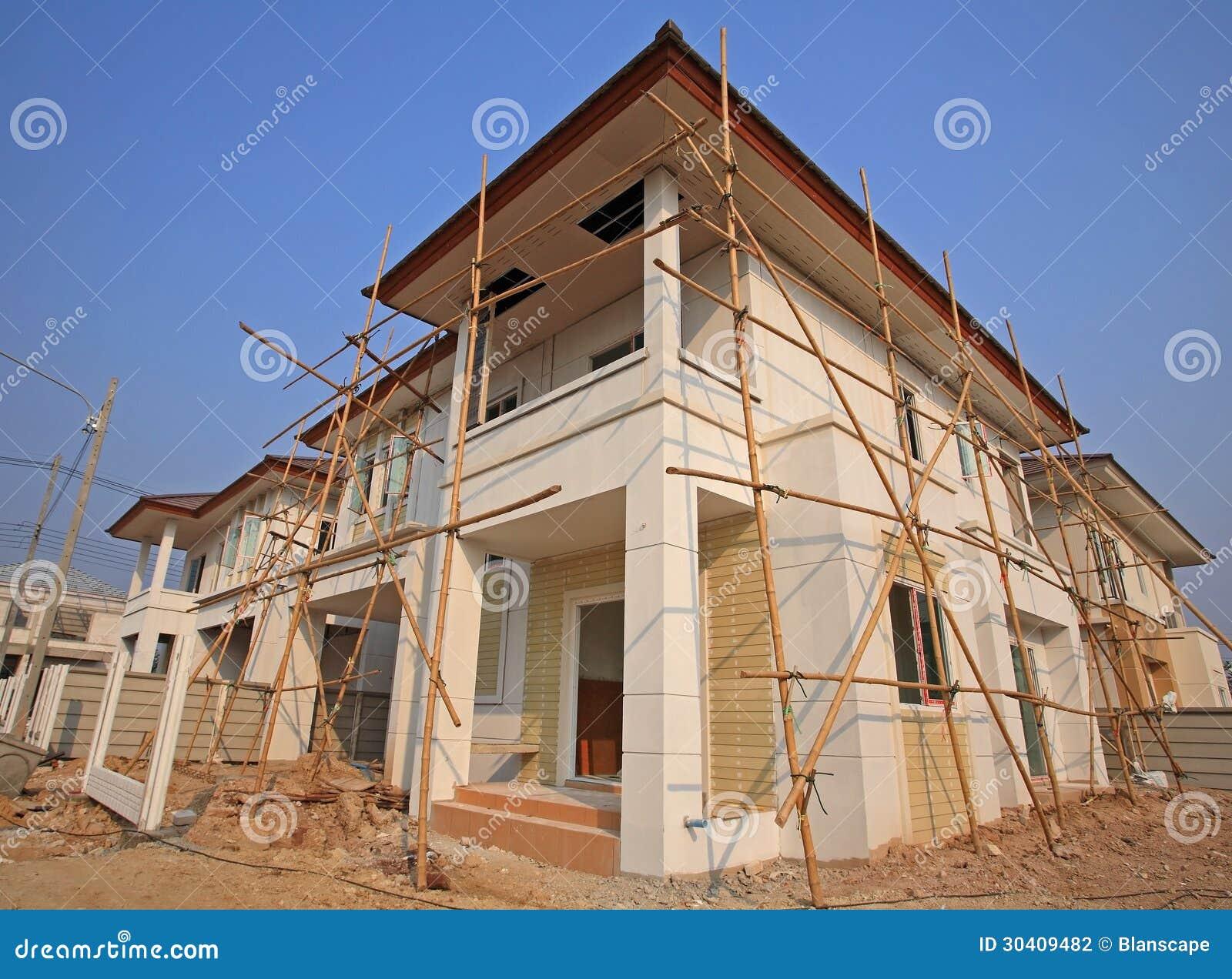 Case moderne con l 39 impalcatura di legno fotografia stock for Case legno moderne