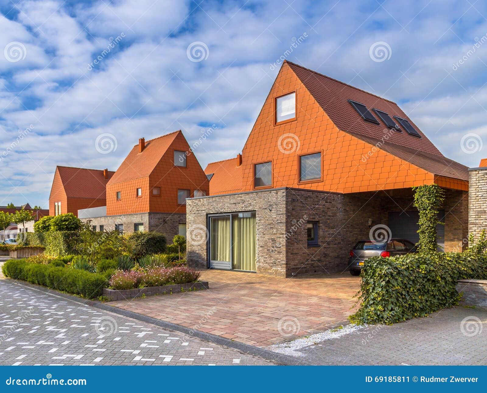 Case moderne di architettura con le mattonelle di tetto Le case moderne