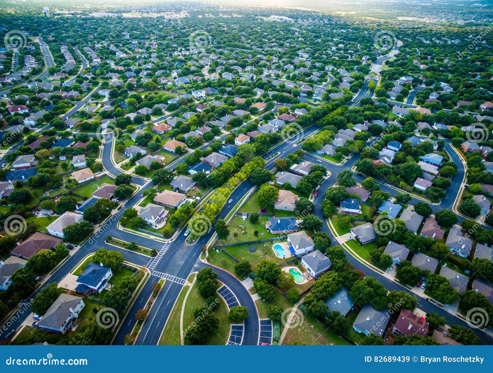 Case moderne vasto Texas Hill Country di periferia di vista dell occhio del ` s dell uccello