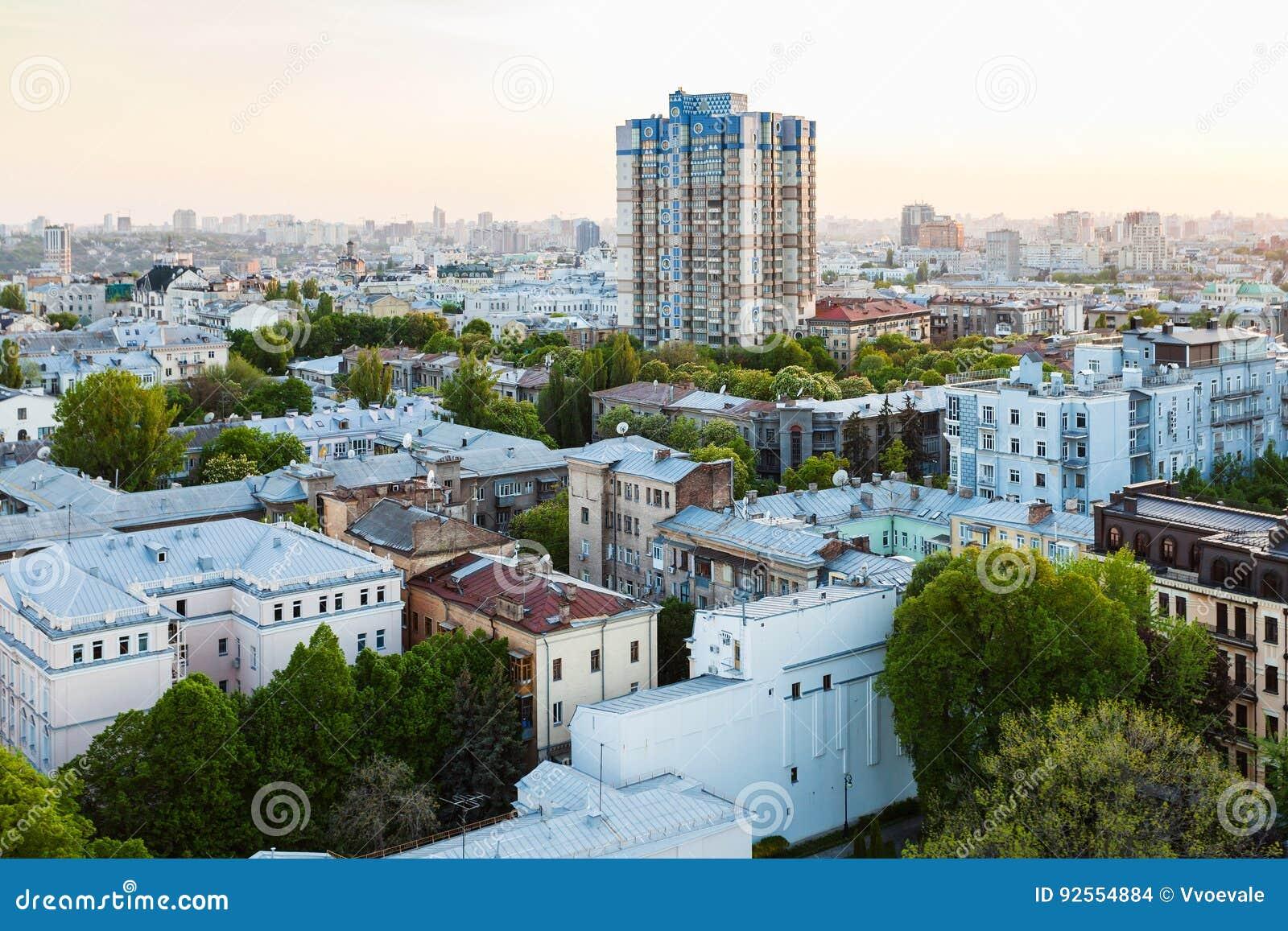 Case residenziali nella città di Kiev nella sera di primavera