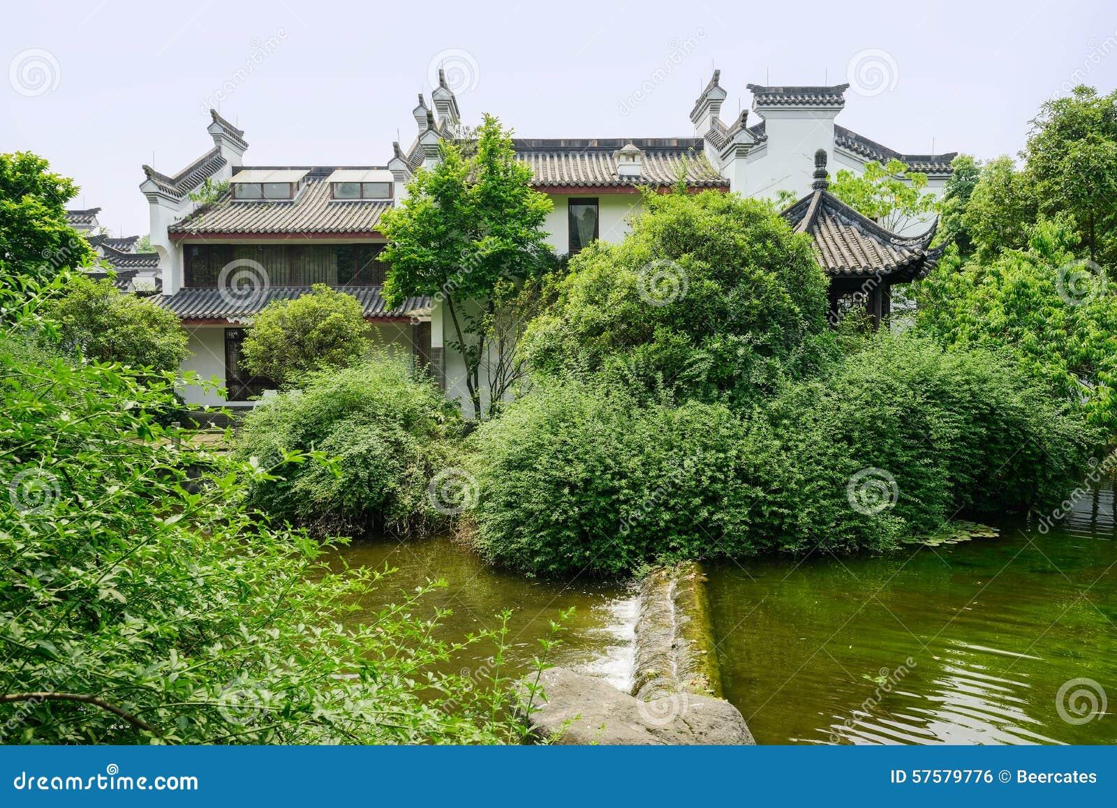 Case Tradizionali Cinesi : Case tradizionali cinesi di waterside in legno su estate soleggiata