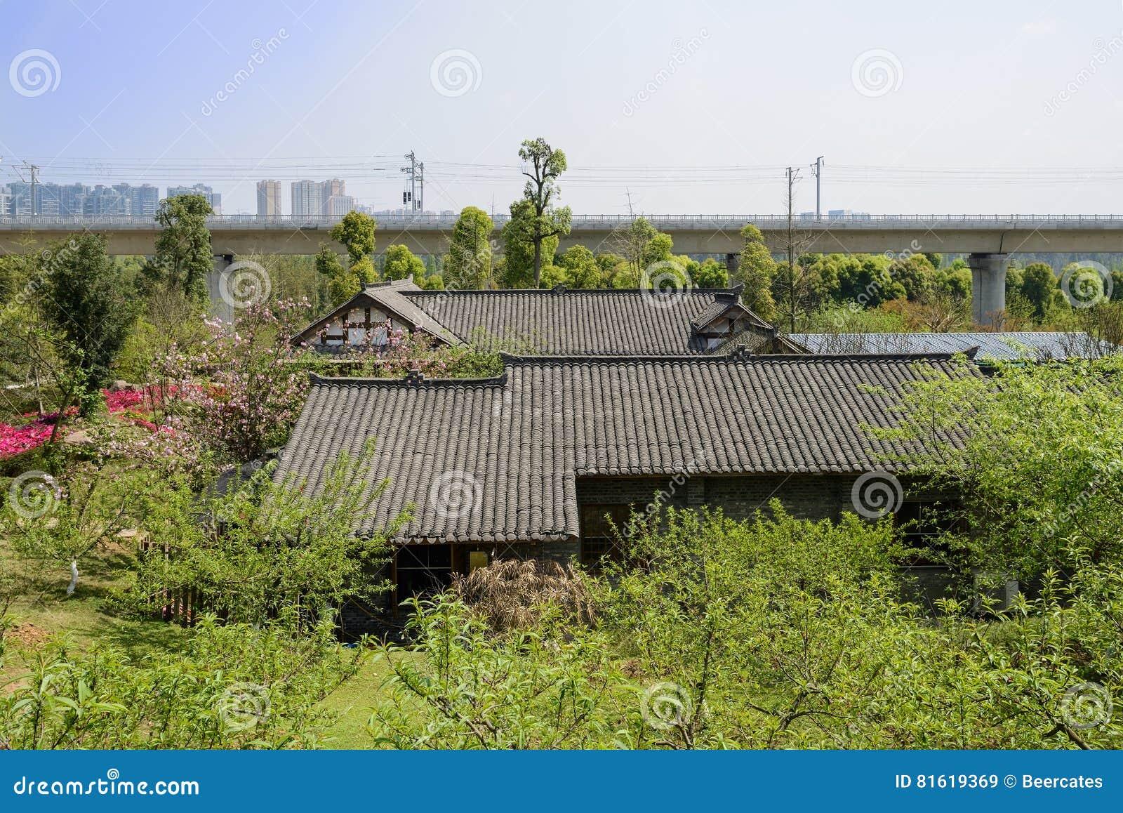 Case Tradizionali Cinesi : Case tradizionali cinesi nel frutteto di primavera vicino al ponte
