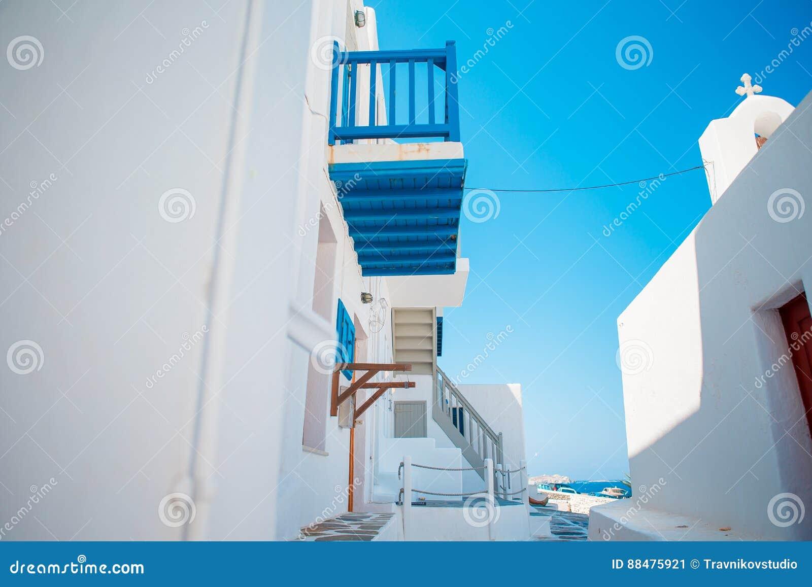Case tradizionali con le porte blu e finestre nelle vie for Case tradizionali