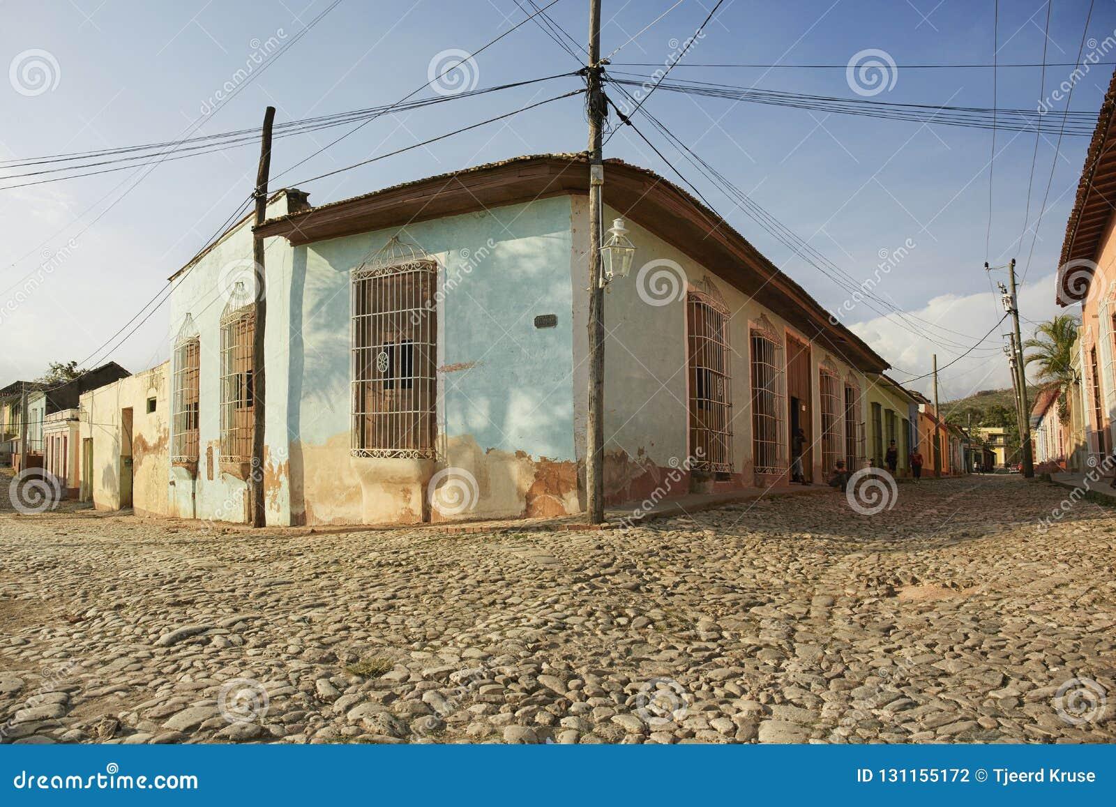 Case tradizionali variopinte nella città coloniale di Trinidad dentro