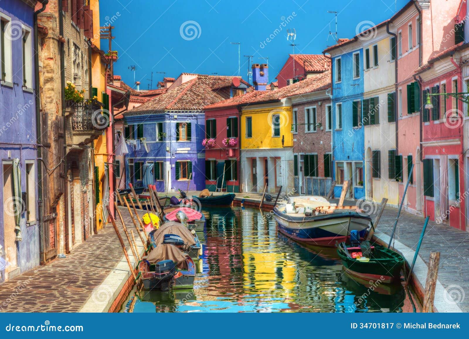 Case variopinte e canale sull isola di Burano, vicino a Venezia, l Italia.