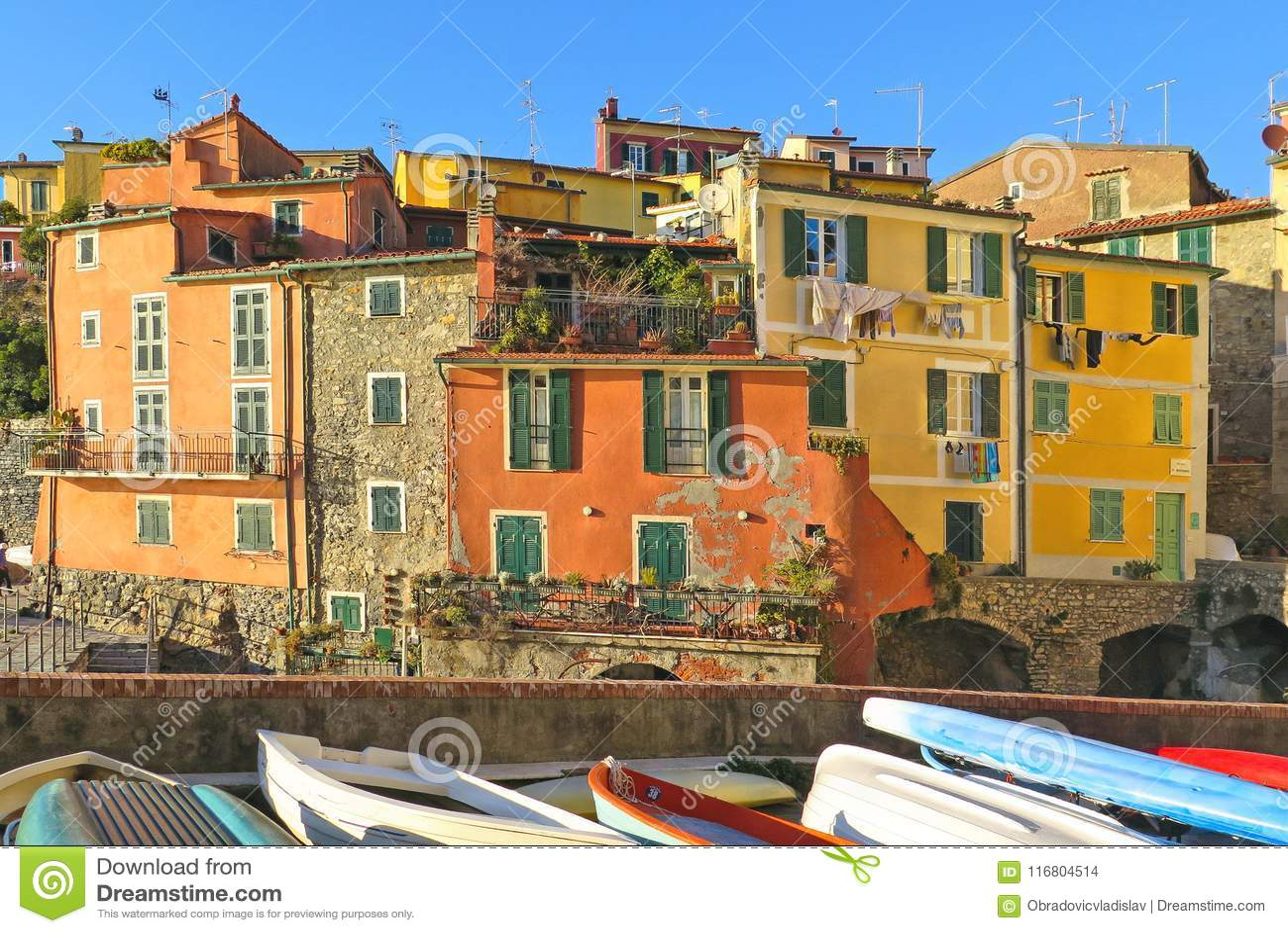 Case variopinte e vecchia facciata in piccolo villaggio Tellaro in Liguria, Italia
