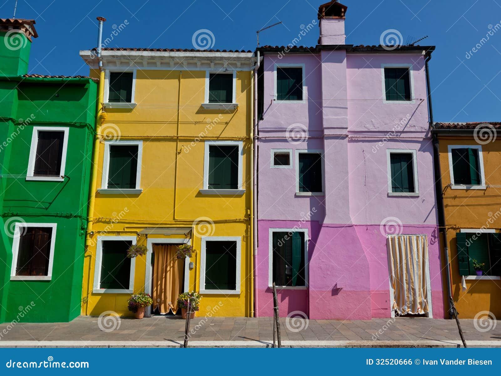 case verdi gialle porpora e marroni in burano italia