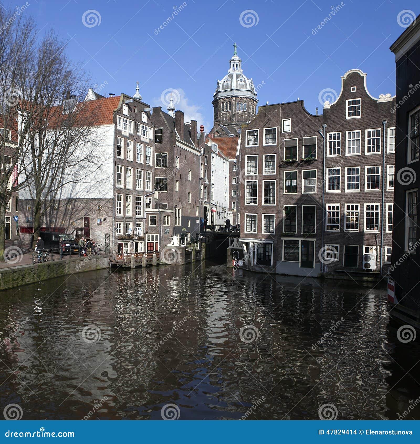 Case viventi lungo l 39 argine del canale nel giorno di for Case in affitto amsterdam lungo periodo