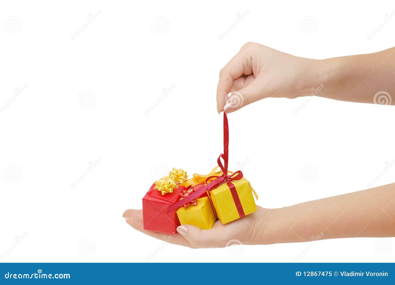 Casella con un regalo in una mano