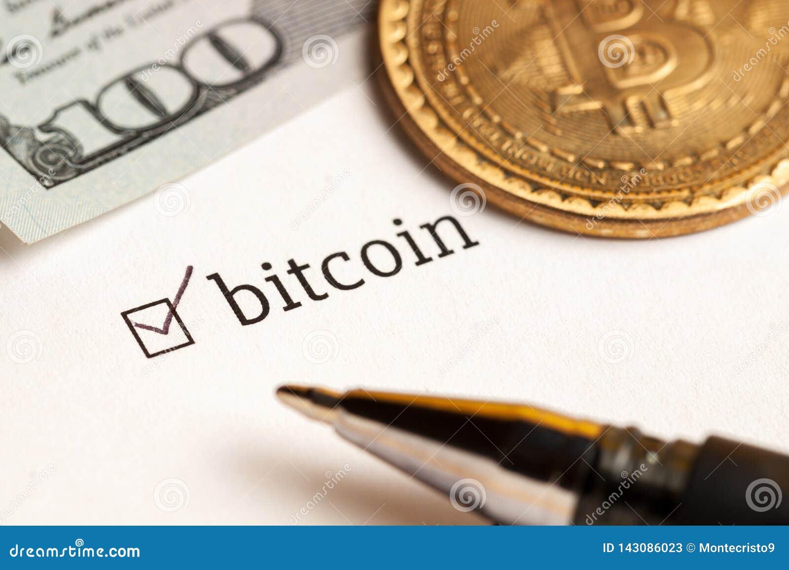 Casella di controllo controllata con il bitcoin di parola e dollari a fondo Concetto del questionario