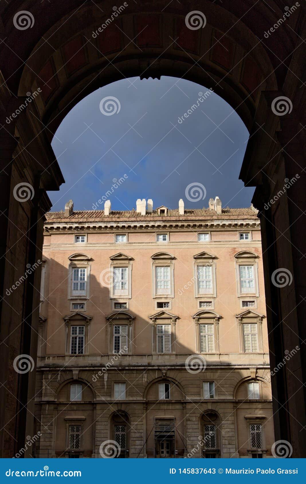 Caserta, Italia Puertas de 10/27/2018 acceso a los patios de Royal Palace de Caserta Italia