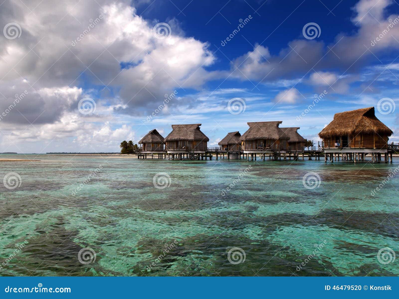 Casette sopra il paradiso tropicale acqua del mare calmo trasparente, Maldive