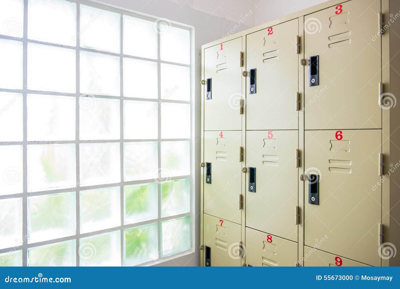 casier en acier dans la chambre de douche photo stock image 55673000. Black Bedroom Furniture Sets. Home Design Ideas