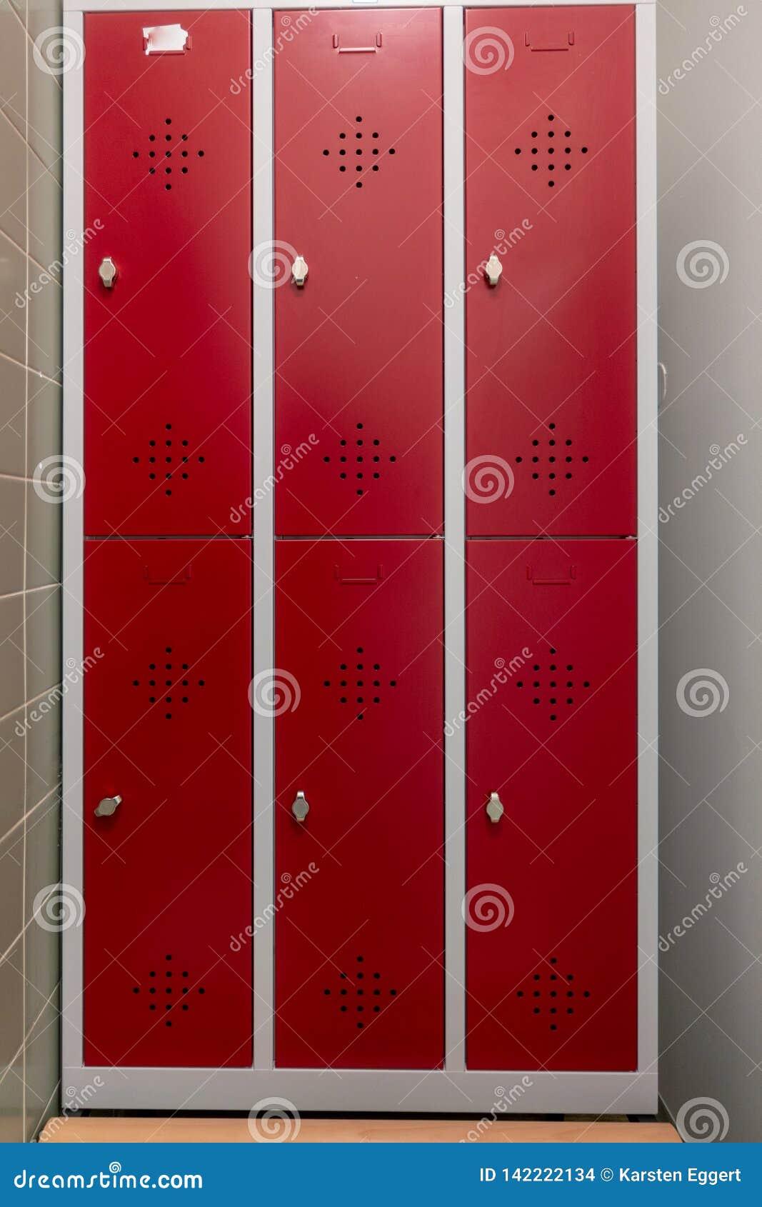 Casiers changeants avec les portes rouges