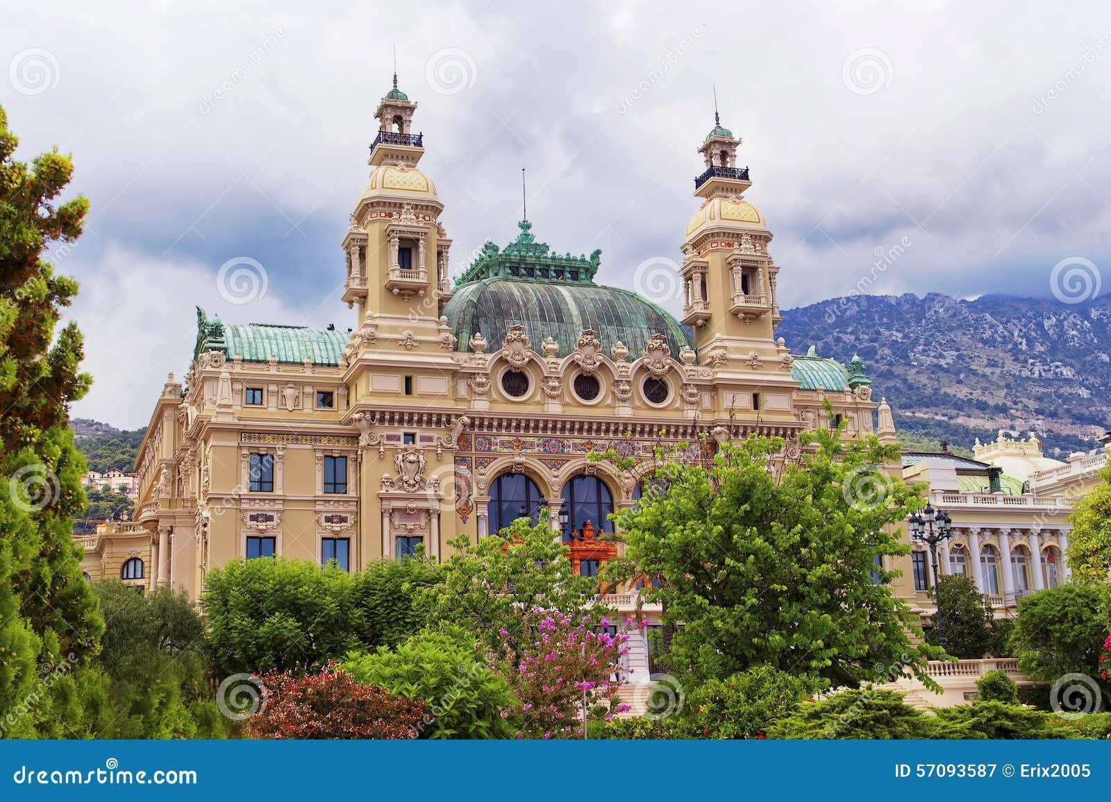 Casinò Monte Carlo dietro gli alberi di fioritura