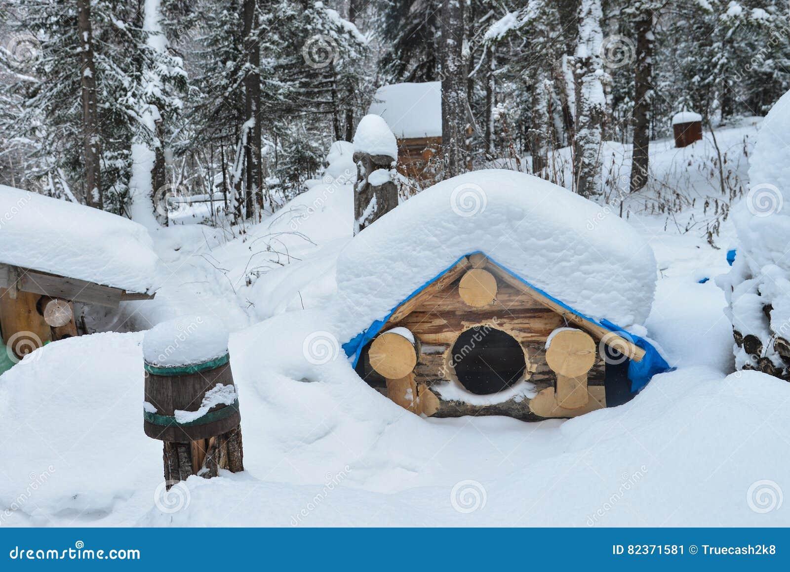 Casota no inverno com neve no telhado