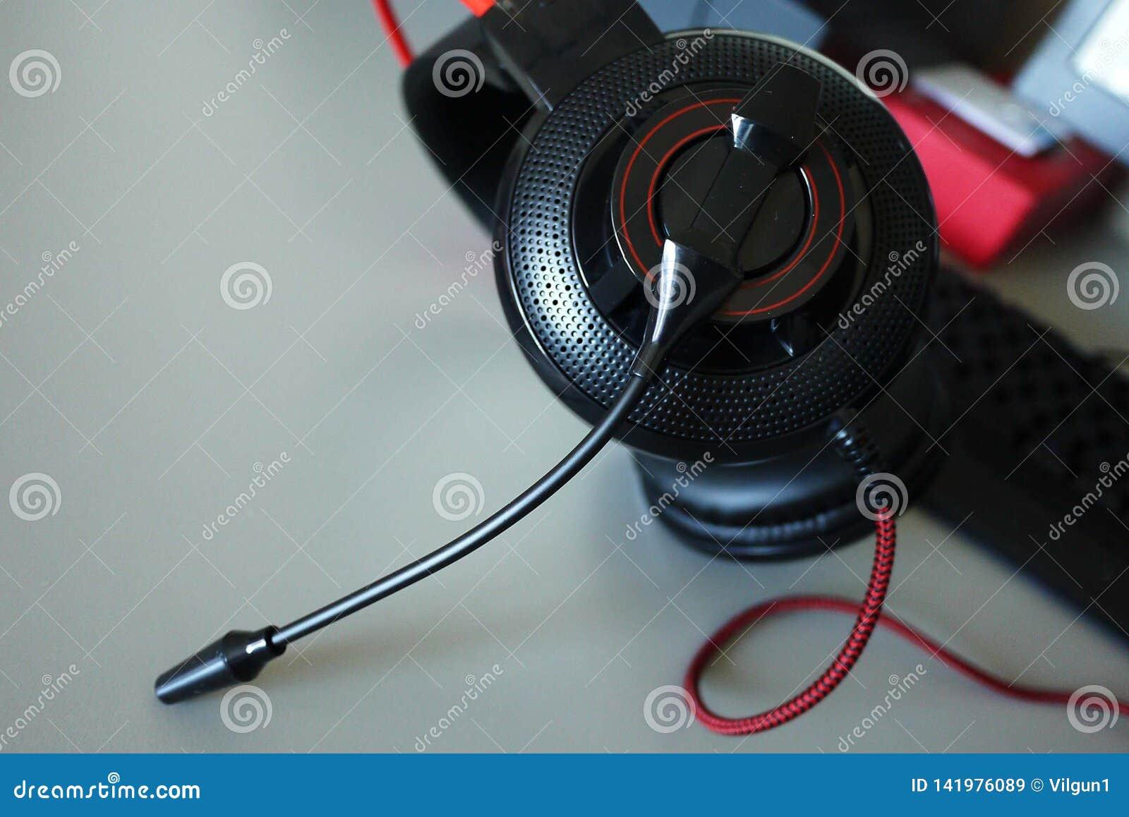 Casque-écouteurs pour des jeux et la communication, détails, plan rapproché