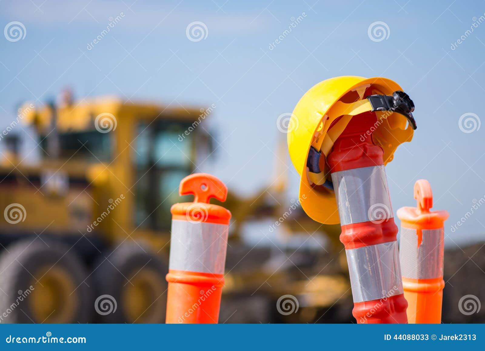 Casque antichoc sur le pylône de construction de route de route