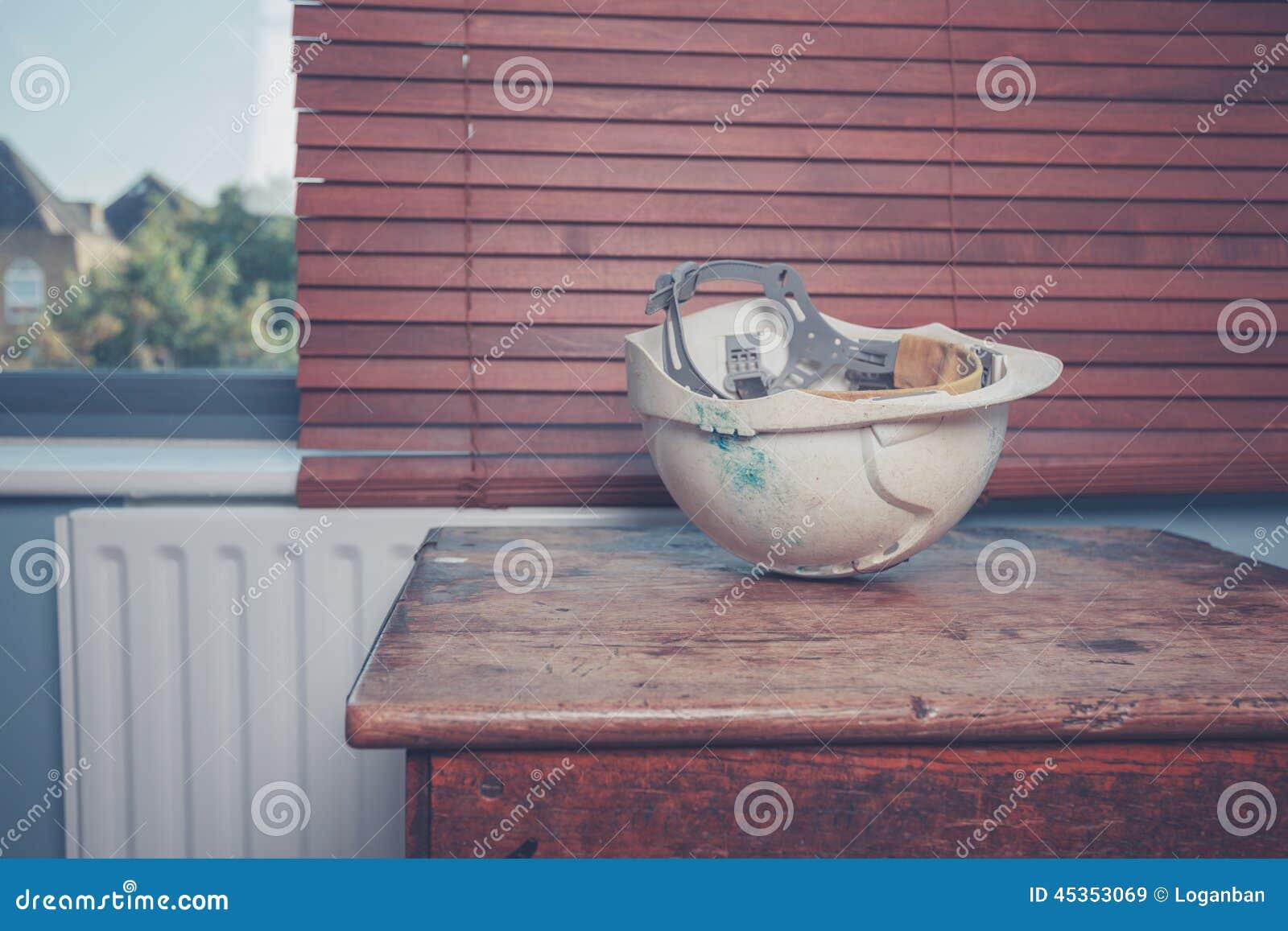 Casque de sécurité sur la table