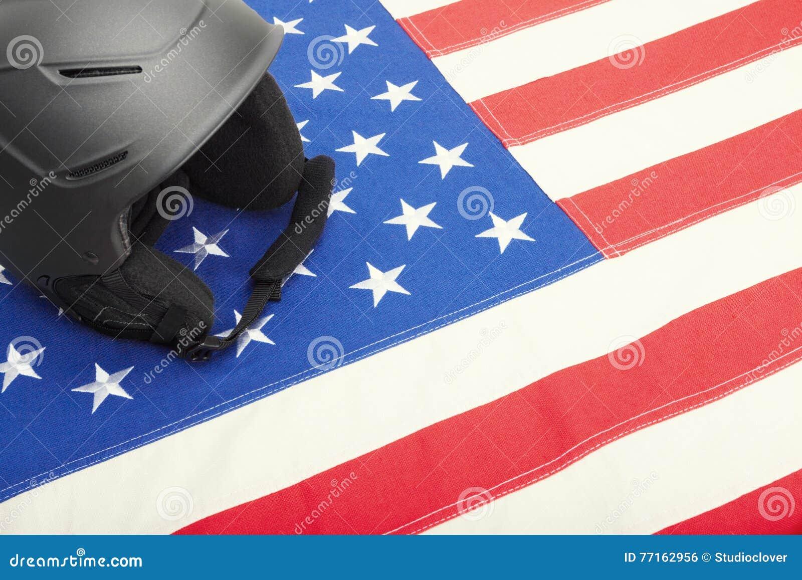 Casque de ski au-dessus de drapeau des USA comme symbole de style de vie actif