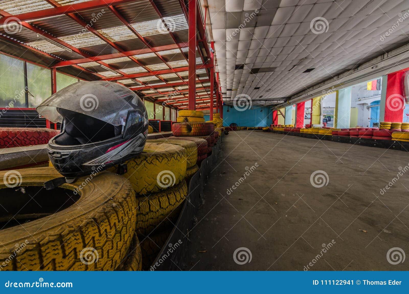 Casque et pneus à la voie de kart