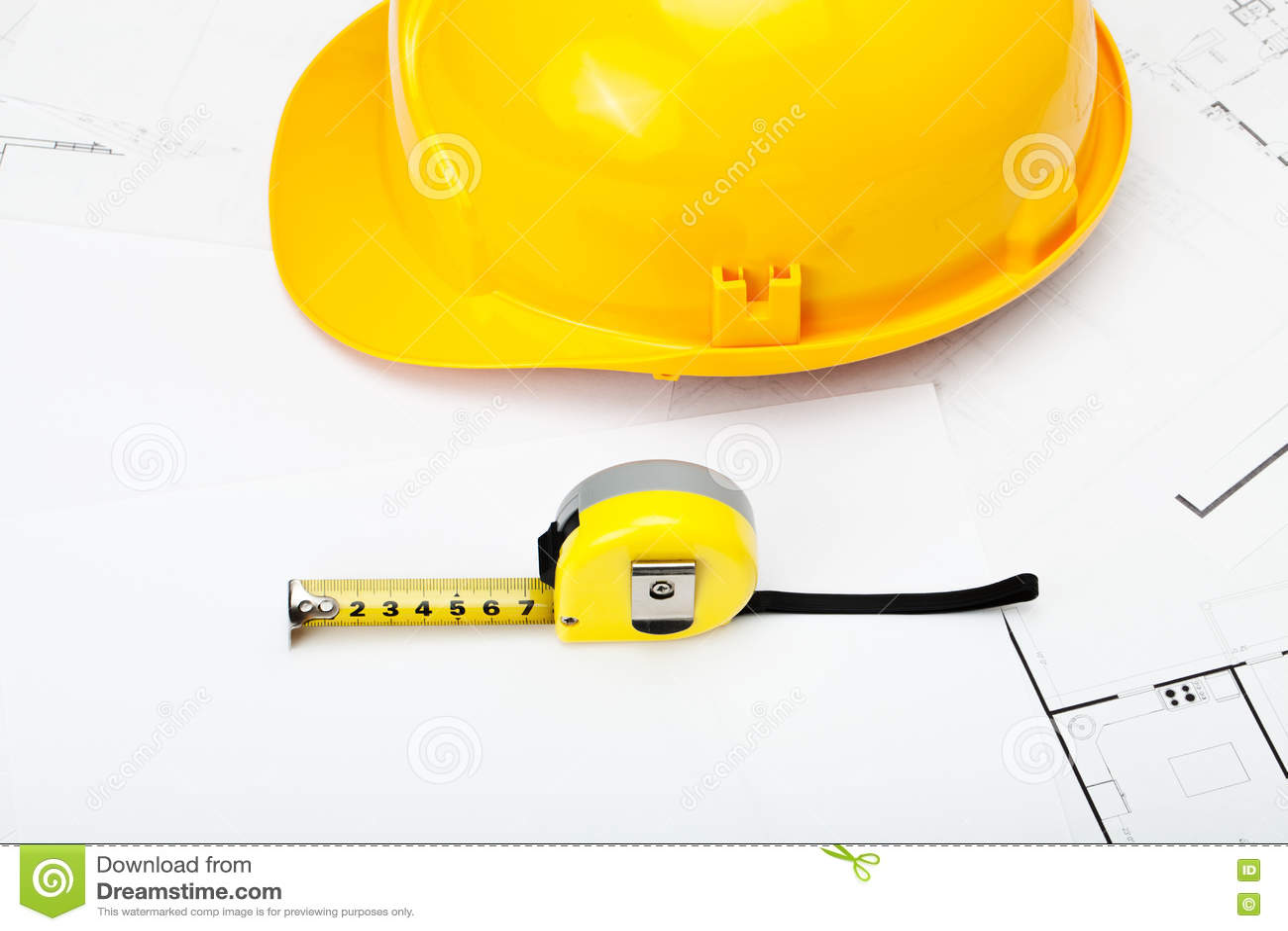 Casque jaune de construction avec la bande de mesure près de elle