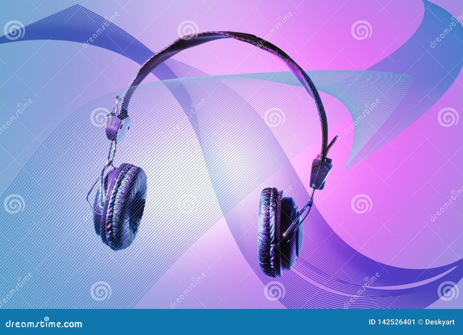 Casque sur le beau fond de conception D isolement sur le concept technologique des dispositifs de écoute se développants de bruit