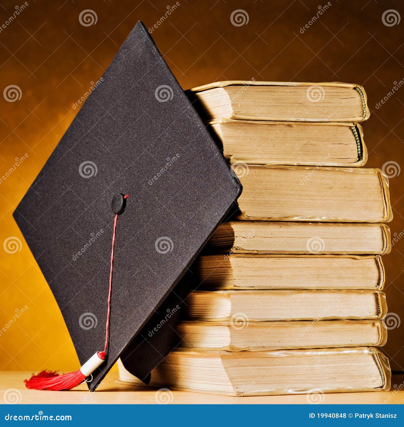 Casquillo y libros de la graduación