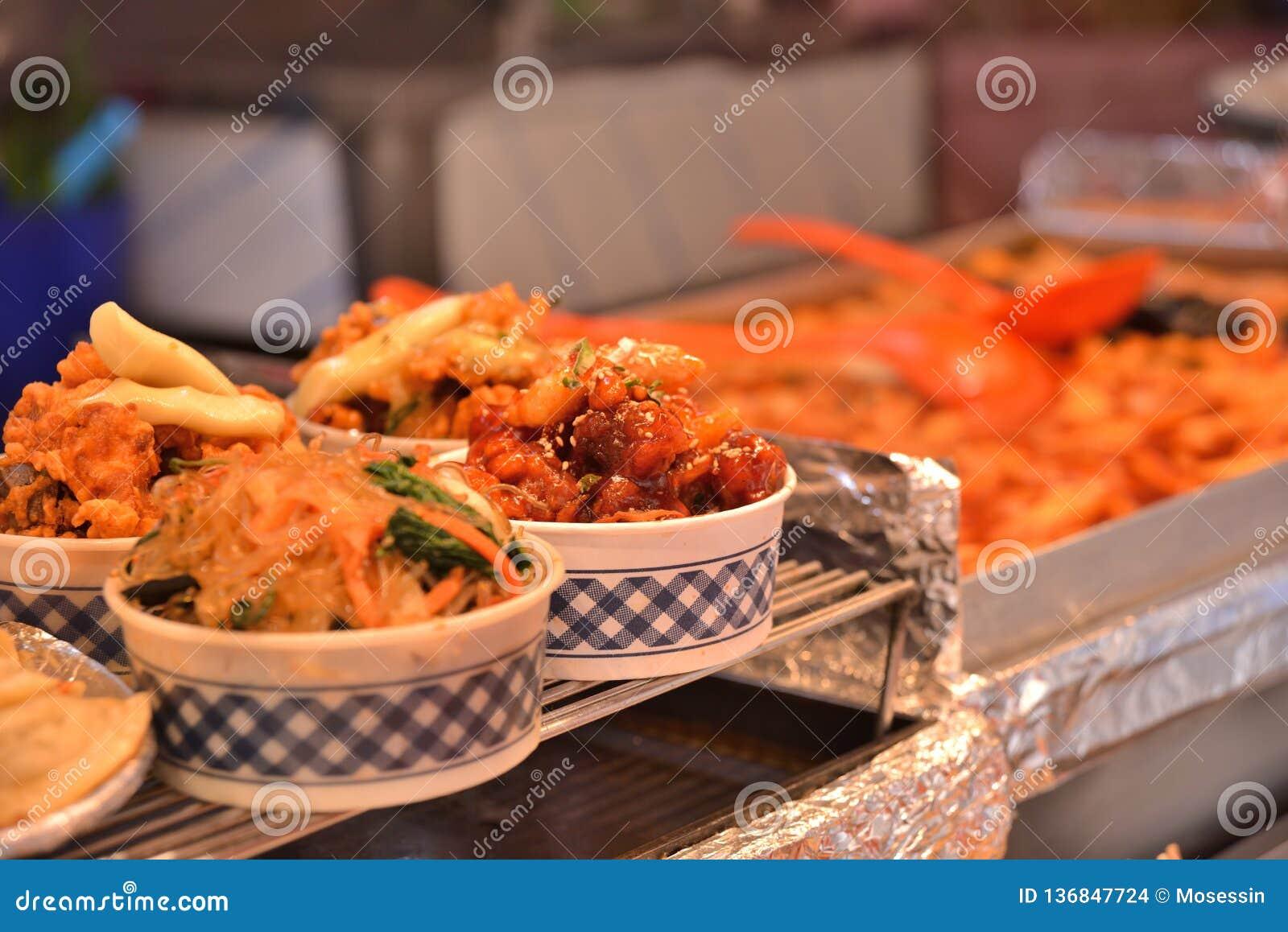 Casse-croûte chauds de style coréen dans la cuvette