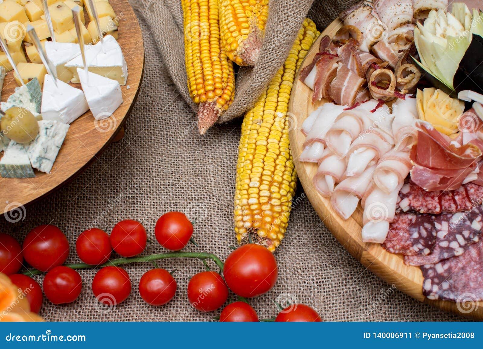 Casse-croûte de portion plat de viande et de fromage décoré