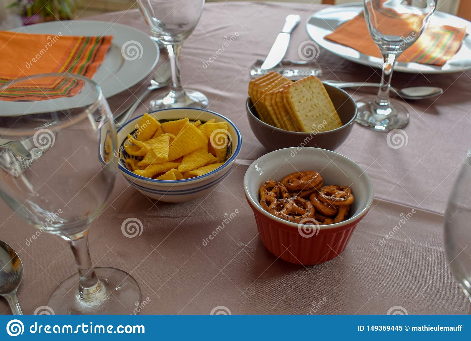 Casse-cro?te et verres de vin sur le Tableau admirablement servi - repas de famille