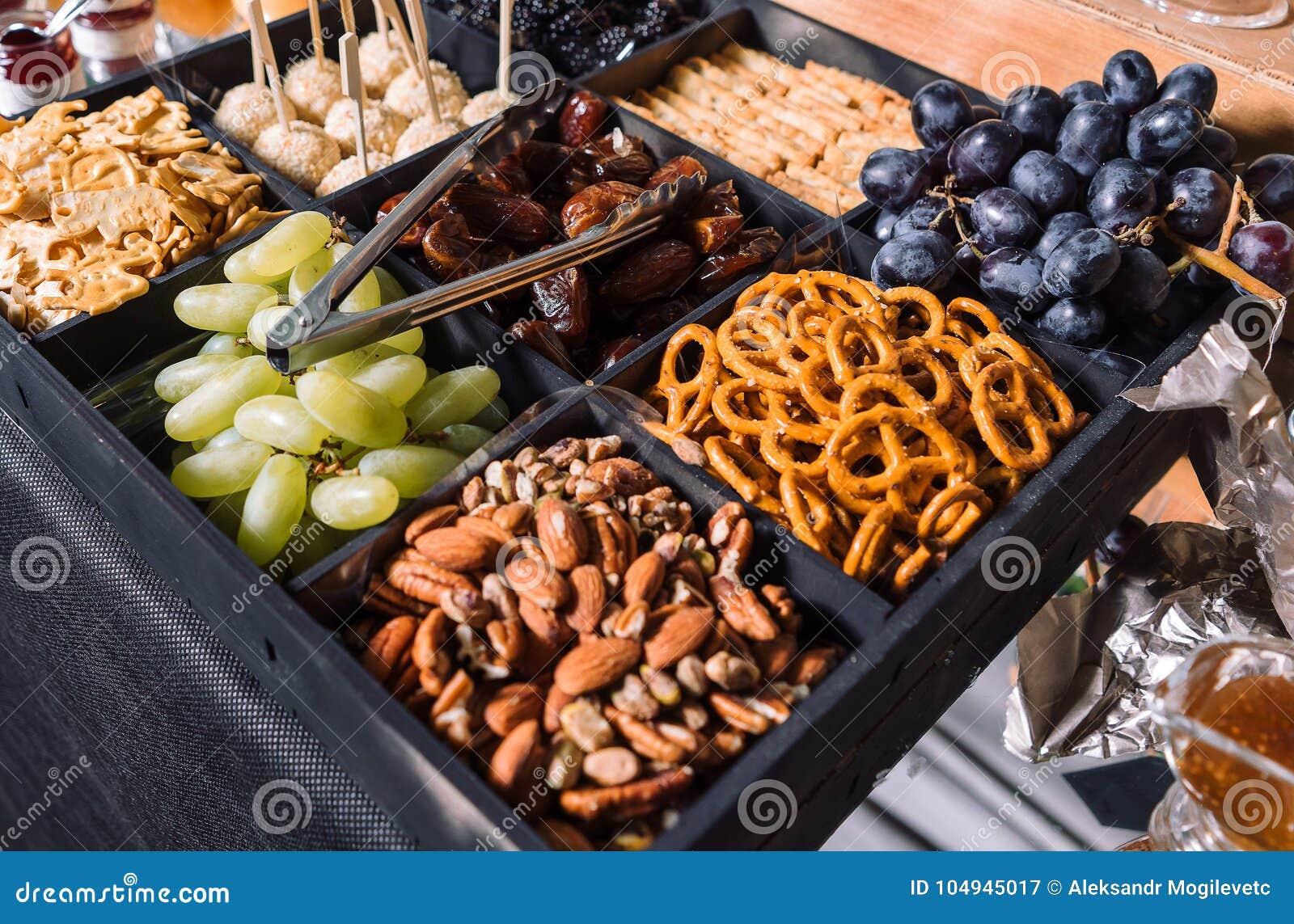 Casse-croûte pour des bière-raisins, amandes, dates